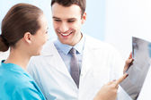 ärzte untersuchen röntgen — Stockfoto