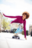 Woman skateboarding — Stock Photo