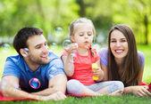 Familie spielen mit blasen — Stockfoto