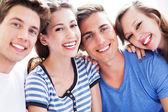 счастливые молодые друзья — Стоковое фото