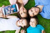 Família tirando foto de si mesmos — Fotografia Stock
