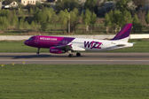 Wizz Air Airbus A320 aircraft landing on the runway — Stock Photo