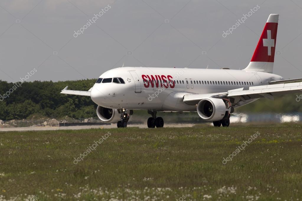 日到北京国际机场降落在跑道上的瑞士国际航空公司空客 a320-214 飞机