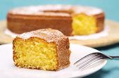 Zbliżenie to bułka z masłem z cukrem pudrem — Zdjęcie stockowe