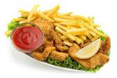 Nuggets de frango e batatas fritas com alface e ketchup sobre fundo branco — Foto Stock