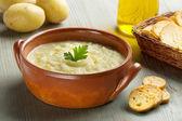 Sopa de patata, crotones, aceite y patatas crudas — Foto de Stock