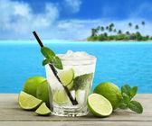 Mojito cocktail e frescos ingredientes, em uma paisagem tropical — Foto Stock