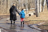 Woman with girl going trough the forest — Foto Stock