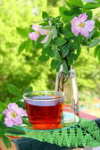 Cup of tea and flowers — ストック写真