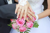 Düğün buketi ellerde aksesuarları — Stok fotoğraf