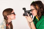 Inek kızlarla anlık fotoğraf makinesi kullanma. — Stok fotoğraf