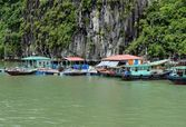 Fishermen Floating Village On Famous Halong Bay — Stock Photo