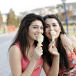Girls eating ice cream — Stockfoto