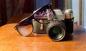 Gafas y vieja cámara — Foto de Stock
