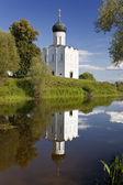 Chiesa dell'intercessione sul nerl fiume — Foto Stock