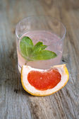Grapefruit cocktail with ice on board — Stock Photo