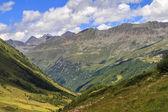 Uitzicht op de bergen met blauwe bewolkte hemel — Stockfoto