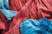 Modré a červené tkaniny — Stock fotografie