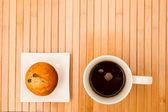 Vainilla con chocolate chips muffins con una taza de café — Foto de Stock