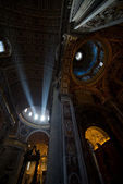 Beam of light on the altar in St. Peter's Basilica — Stock Photo
