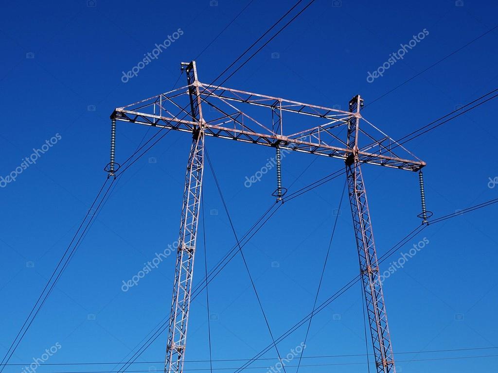 电力塔和高张力金属结构与电力线路跨越蔚蓝色的天空