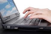 在笔记本电脑上工作的女性手 — 图库照片