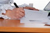 Podpisywania ważnych dokumentów — Zdjęcie stockowe