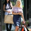 Two charming young woman going shopping — Stock Photo