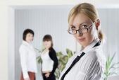 De jonge zakenvrouw op kantoor met collega 's — Stockfoto