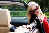Charmante blondine und das auto — Stockfoto