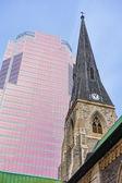 Vieja iglesia y un edificio moderno — Foto de Stock