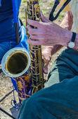 Primer plano de un saxofonista — Foto de Stock