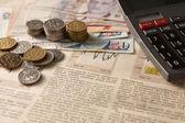 Borsa di giornale con denaro e calcolatrice — Foto Stock