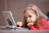 Meisje met behulp van een laptop voor kinderen — Stockfoto