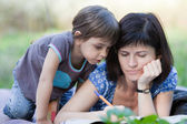 Mother and daughter playing outdoors — Stockfoto