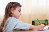 小さな女の子を描く — ストック写真