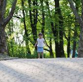 Parkta küçük kız — Stok fotoğraf