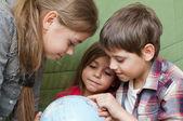 Kids looking at globe — Stock Photo
