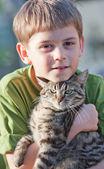 Mały chłopiec z kotem — Zdjęcie stockowe