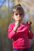 Little girl with mushrooms — 图库照片