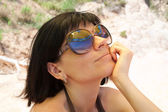 Woman wearing sunglasses with beach mirroring — Stock Photo
