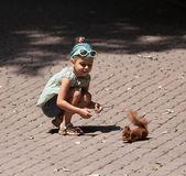 Petite fille et écureuil — Photo