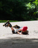 Little rollerblader takes a tumble — Stock Photo