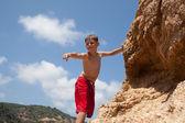 Kleine jongen klimmen — Stockfoto