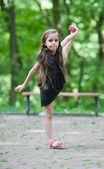 Bambina con grande allungamento — Foto Stock