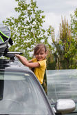 Little girl and car with surfboard — Stok fotoğraf