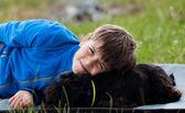 Niño con perro — Foto de Stock