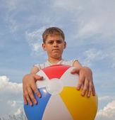 Kleiner junge mit strandball — Stockfoto
