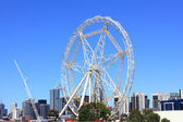 Ferris wheel in city — Stock Photo
