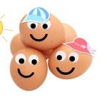 oeufs de Pâques portant chapeaux de soleil avec visages souriants — Photo #28607507
